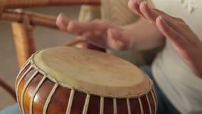 Vrouw die een bongo bonzen stock footage