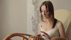 Vrouw die een bongo bonzen stock videobeelden