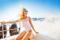 vrouw die een boot in een paradijseiland varen stock afbeeldingen