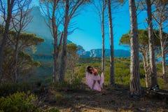 Vrouw die in een bos dansen die haar haar met bomen op de achtergrond flicking royalty-vrije stock foto's