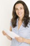 Vrouw die een brief opent Stock Afbeelding