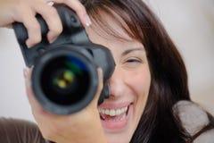 Vrouw die een camera met behulp van stock fotografie