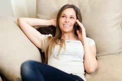 Vrouw die een celtelefoon met behulp van stock fotografie