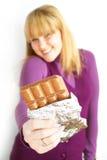 Vrouw die een chocolade eet Stock Foto's