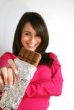 Vrouw die een chocolade eet Stock Afbeelding