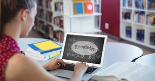 Vrouw die een computer met schoolpictogrammen met behulp van op het scherm Stock Fotografie