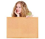 Vrouw die een cork raad houdt Stock Foto