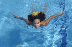 Vrouw die een de zomerdag zwemmen stock foto's