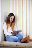 Vrouw die een digitale tablet gebruikt Stock Foto