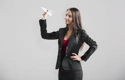 Vrouw die een document vliegtuig werpen royalty-vrije stock foto