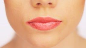 Vrouw die een doen zwijgend gebaar maken stock footage
