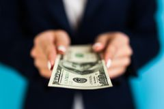 vrouw die een 100 dollarrekening houden Stock Afbeelding