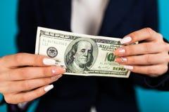 vrouw die een 100 dollarrekening houden Royalty-vrije Stock Fotografie