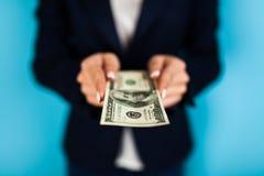 vrouw die een 100 dollarrekening houden Stock Fotografie