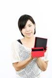 Vrouw die een doos opent Royalty-vrije Stock Afbeeldingen