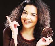 Vrouw die een doughnut houden royalty-vrije stock afbeelding