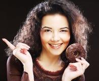 Vrouw die een doughnut houden stock afbeeldingen