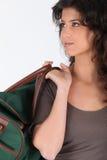 Vrouw die een duffel zak draagt Royalty-vrije Stock Afbeeldingen