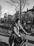 Vrouw die een fiets berijden Stock Afbeelding
