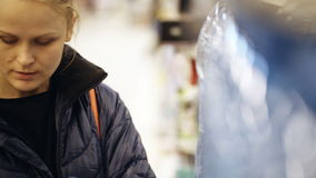 Vrouw die een fles mineraalwater en het zetten nemen stock videobeelden