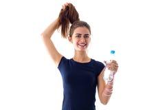 Vrouw die een fles water houdt Stock Foto