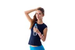 Vrouw die een fles water houdt Royalty-vrije Stock Afbeeldingen