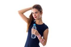 Vrouw die een fles water houdt Stock Fotografie