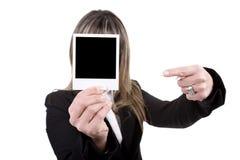 Vrouw die een foto houdt royalty-vrije stock afbeeldingen