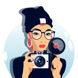 Vrouw die een foto met een oude camera maken Stock Afbeelding