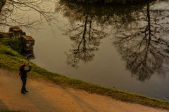 Vrouw die een foto met telefoon in een park nemen Royalty-vrije Stock Foto's