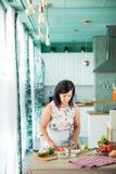 Vrouw die een gazpacho voorbereiden Royalty-vrije Stock Foto