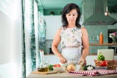 Vrouw die een gazpacho voorbereiden Stock Afbeeldingen