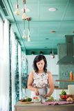 Vrouw die een gazpacho voorbereiden Royalty-vrije Stock Foto's