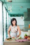 Vrouw die een gazpacho voorbereiden Royalty-vrije Stock Fotografie
