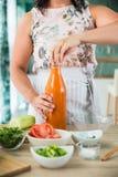 Vrouw die een gazpacho voorbereiden Stock Foto's