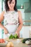 Vrouw die een gazpacho voorbereiden Royalty-vrije Stock Afbeeldingen
