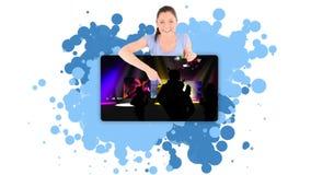 Vrouw die een geanimeerde club tonen stock videobeelden