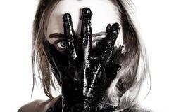 Vrouw die een geteerde hand op haar gezicht houden royalty-vrije stock fotografie