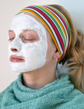 Vrouw die een gezichtsmasker draagt Royalty-vrije Stock Fotografie