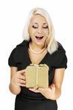 Vrouw die een gift houdt Stock Foto