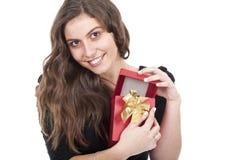 Vrouw die een gift rode doos houdt Stock Afbeelding