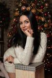 Vrouw die een giftdoos houden Royalty-vrije Stock Foto's