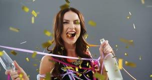 Vrouw die een glas en een fles champagne 4k houden stock videobeelden