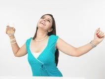 Vrouw die een glas water drinkt Stock Afbeelding