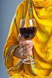 Vrouw die een glas wijn houdt Royalty-vrije Stock Foto