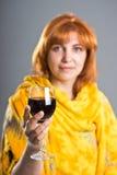 Vrouw die een glas wijn houdt Royalty-vrije Stock Foto's