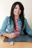 Vrouw die een grafische tablet en een pen gebruikt stock afbeeldingen