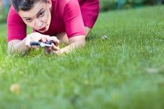 Vrouw die een gras snijden die een schaar met behulp van stock afbeelding