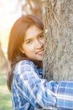 Vrouw die een grote boom koesteren Stock Fotografie