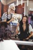 Vrouw die een haarkleur met stilist selecteren royalty-vrije stock afbeelding